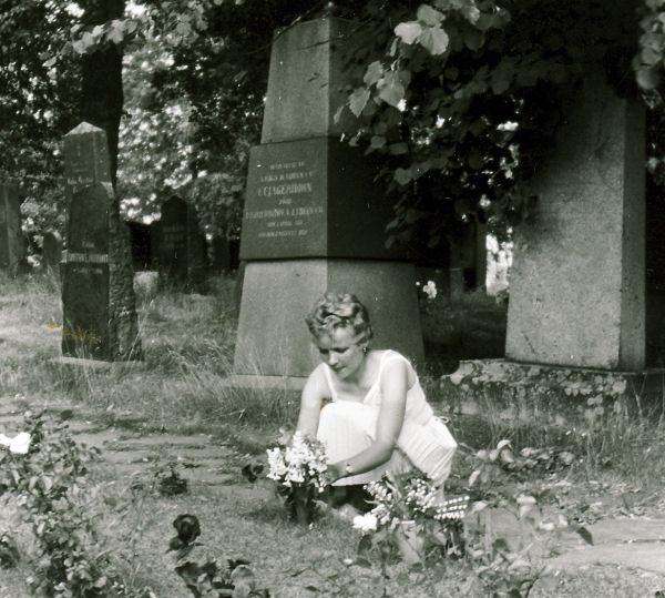 Tuulikki isän haudalla