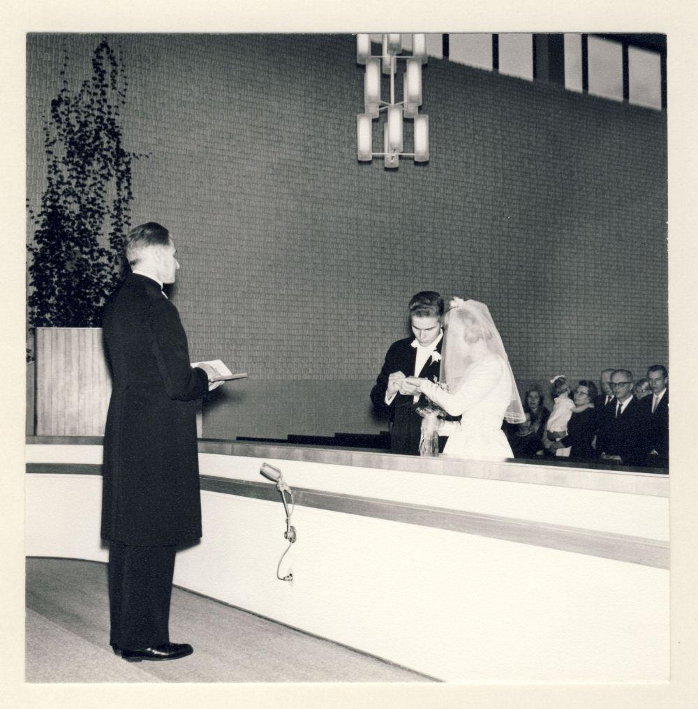 Alppilan kirkossa sormus laitetaan sormeen