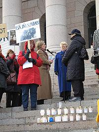 Sotaorpojen mielenosoitus eduskuntatalon portailla