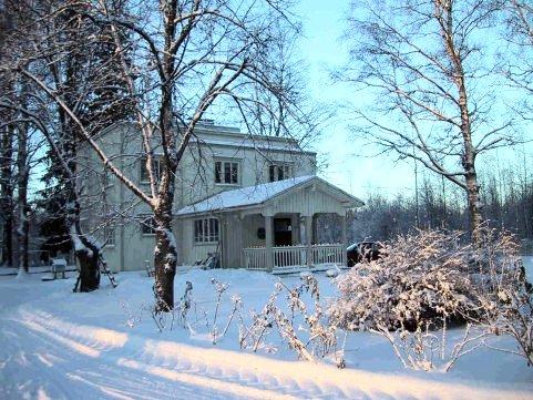 Kotitalomme talvisessa ympäristössään tammikuussa 2002
