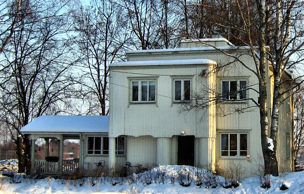 Kotitalomme talvisessa ympäristössään helmikuussa 2006
